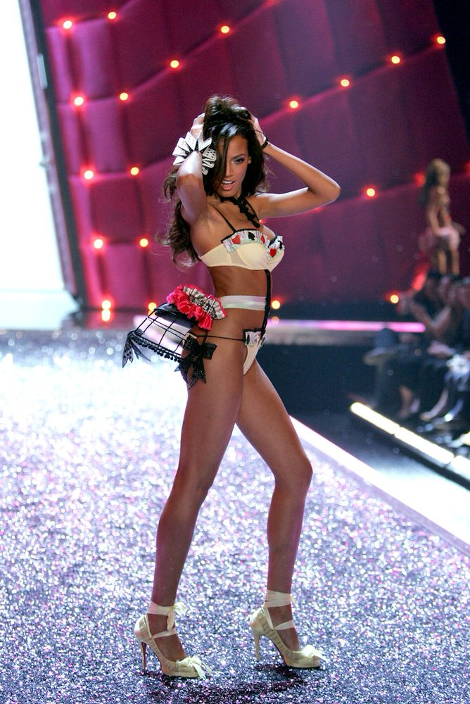 Selita Ebanks – 2 Coquettish Fetish – Victoria's Secret Fashion Show 2006 [x 14]