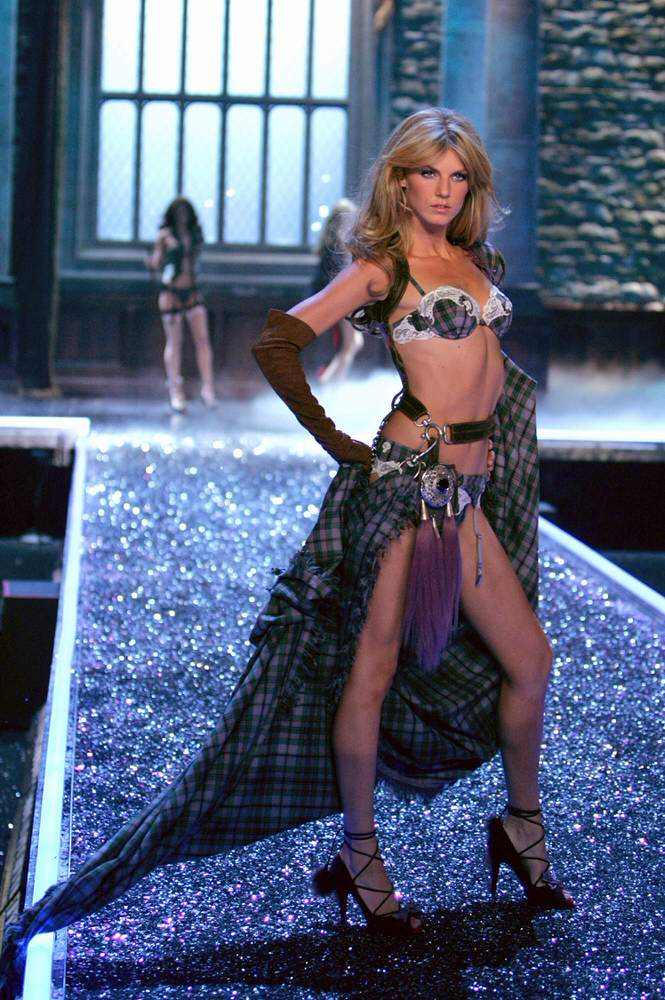 Angela Lindvall – 5 Highland Romance – Victoria's Secret Fashion Show 2006 [x 18]