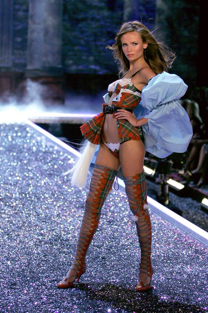 Natasha Poly – 5 Highland Romance – Victoria's Secret Fashion Show 2006 [x 14]