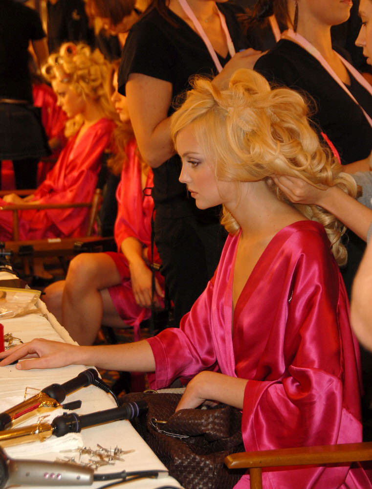 Heather Marks – Backstage – Victoria's Secret Fashion Show 2006 [x 5]