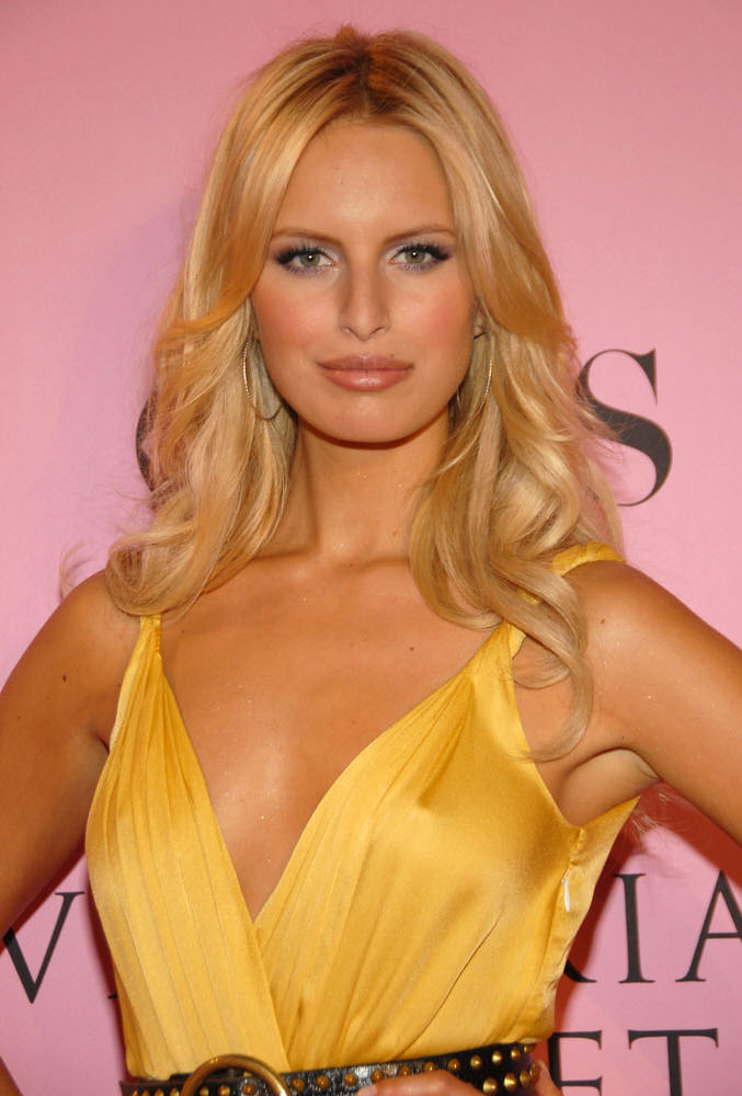 Karolina Kurkova – Pink Carpet – Victoria's Secret Fashion Show 2006 [x 75]