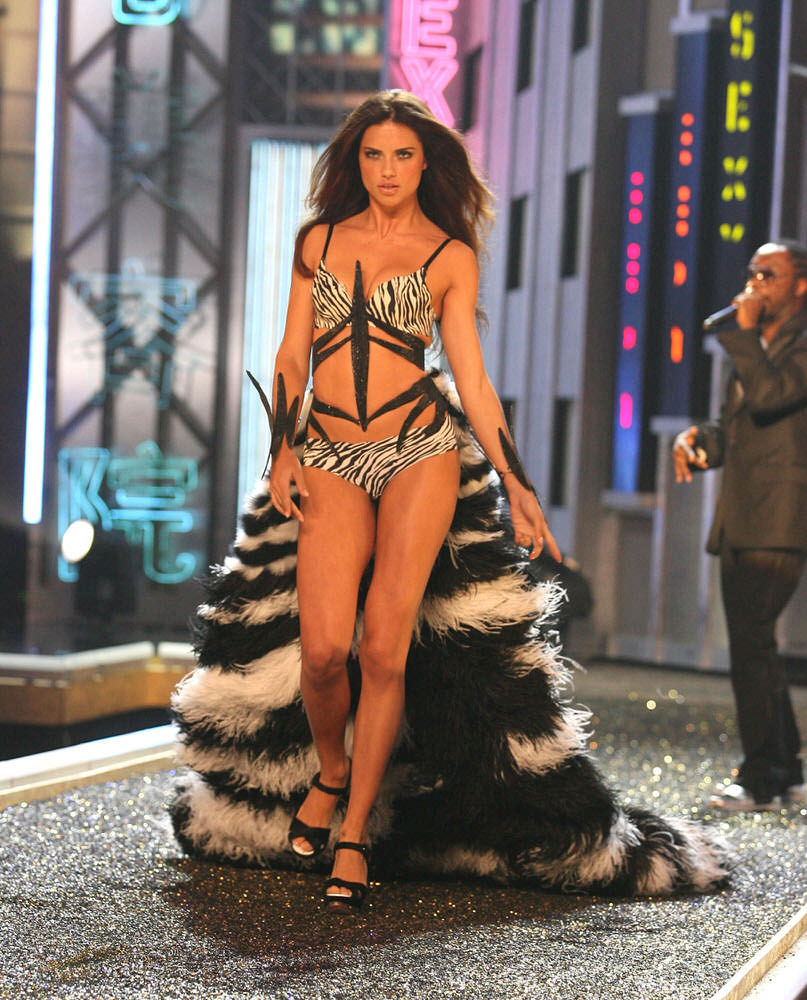 Adriana Lima – 1 Blade Runner – Victoria's Secret Fashion Show 2007 [x 45]