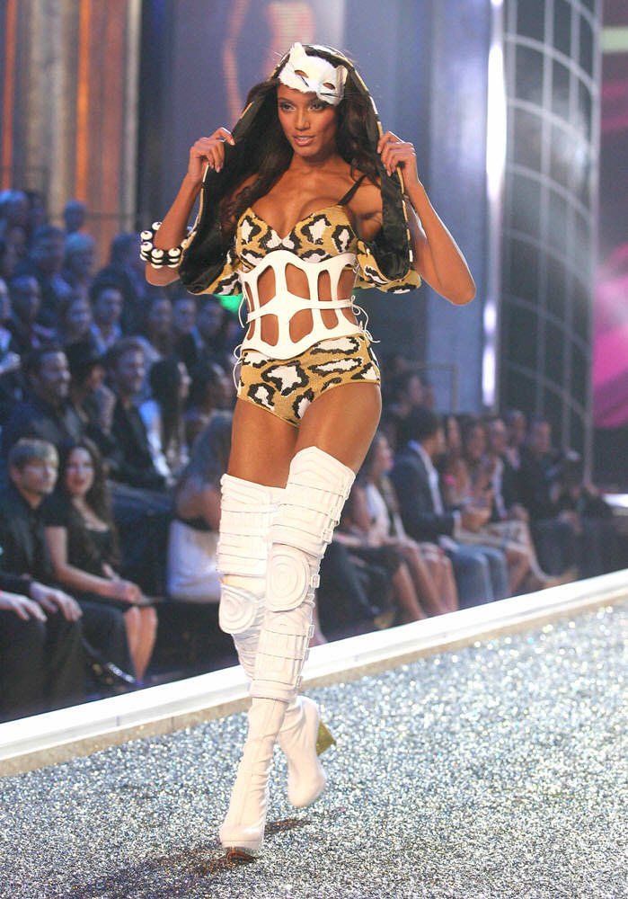 Selita Ebanks – 1 Blade Runner – Victoria's Secret Fashion Show 2007 [x 19]