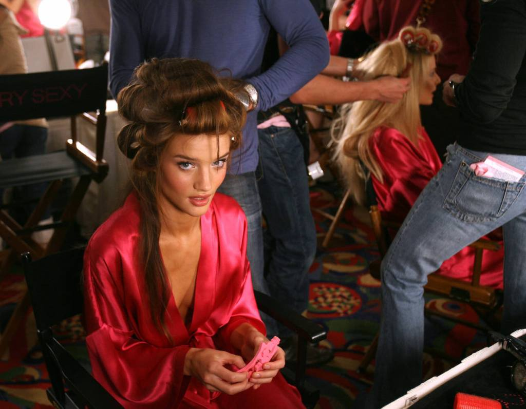 Rosie Huntington-Whiteley – Backstage – Victoria's Secret Fashion Show 2007 [x 6]