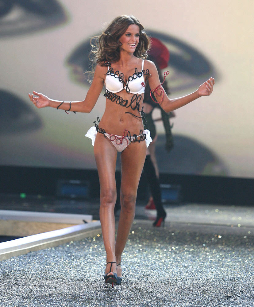 Izabel Goulart – 5 Sureally Sexy – Victoria's Secret Fashion Show 2007 [x 36]