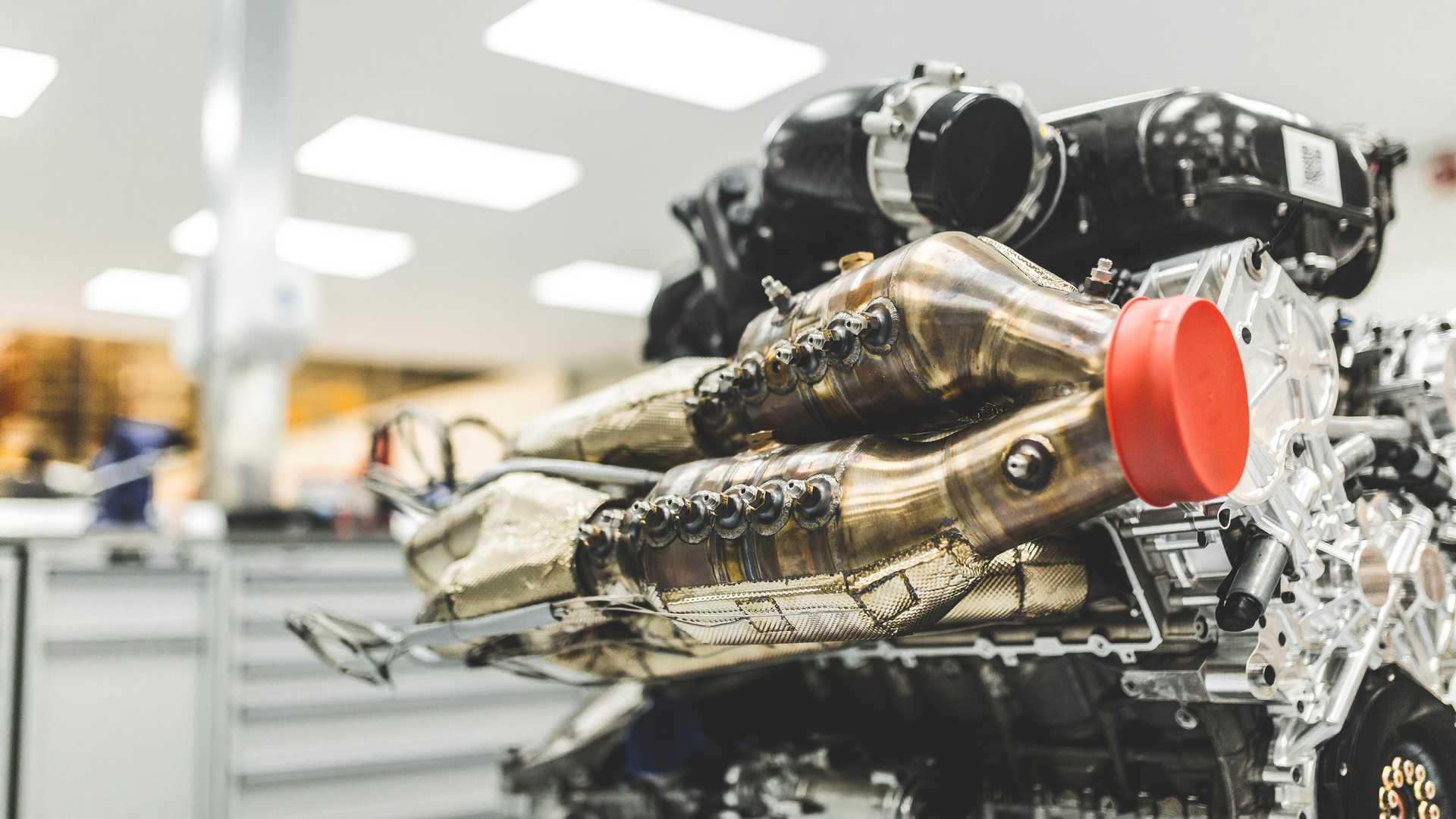 15萬英鎊的引擎當作茶幾!Aston Martin Valkyrie車主就是狂! | SUPERMOTO8