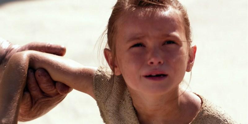La jeune Rey dans Star Wars VII : Le Réveil de la Force