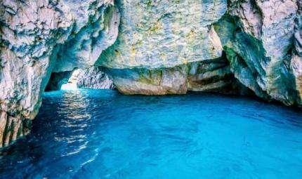 La Grotta Azzurra, suggestiva e misteriosa