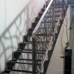 Металлический каркас лестницы в доме на второй этаж