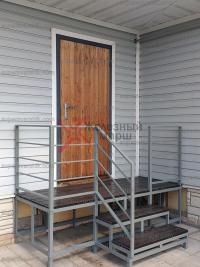 Крыльцо для частного дома из металла и ступени из ДПК