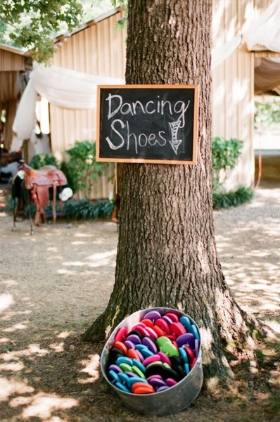 Outdoor wedding ideas - flip flops as favors