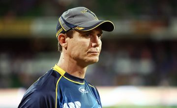 Stephen Larkham will continue coaching the Brumbies for 2017