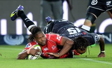 Howard Mnisi is brought to ground by the Sharks
