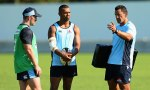 Waratahs coach Daryl Gibson talks to Bernard Foley (L) and Kurtley Beale (C)