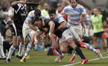 Jesse Kriel is tackled into touch by Argentina