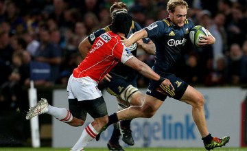 Matt Faddes (R) of the Highlanders fends off Yuhimaru Mimura of the Sunwolves