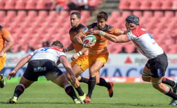 The Jaguares's Joaquin Diaz Bonilla (2R) runs with the ball during the Super Rugby match, Lions against Jaguares
