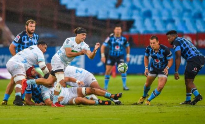 Jonathan Ruru passes the ball for the Blues
