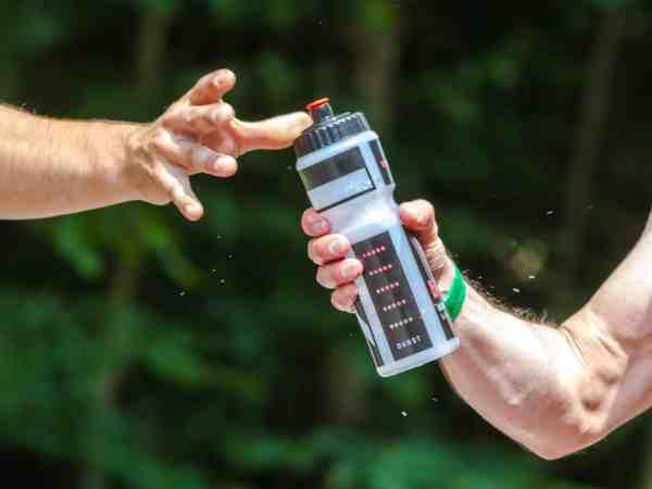 Zwei Männer die beim Sport trinken