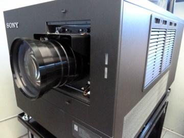 proiettore-sony-4k-di-fronte