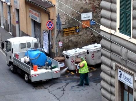Lavaggio bidoni spazzatura in via Airaghi