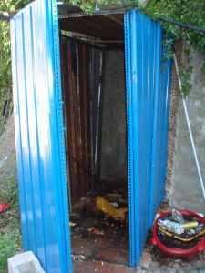 Il bagno pubblico fai da te fatiscente e sporco vicino alla Chiesa di San Rocco