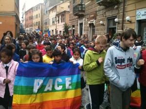 I bambini della scuola elementare sfilano per ricordare la liberazione