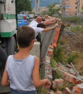 2009: i Praesi abbattono a mano una parte del muro