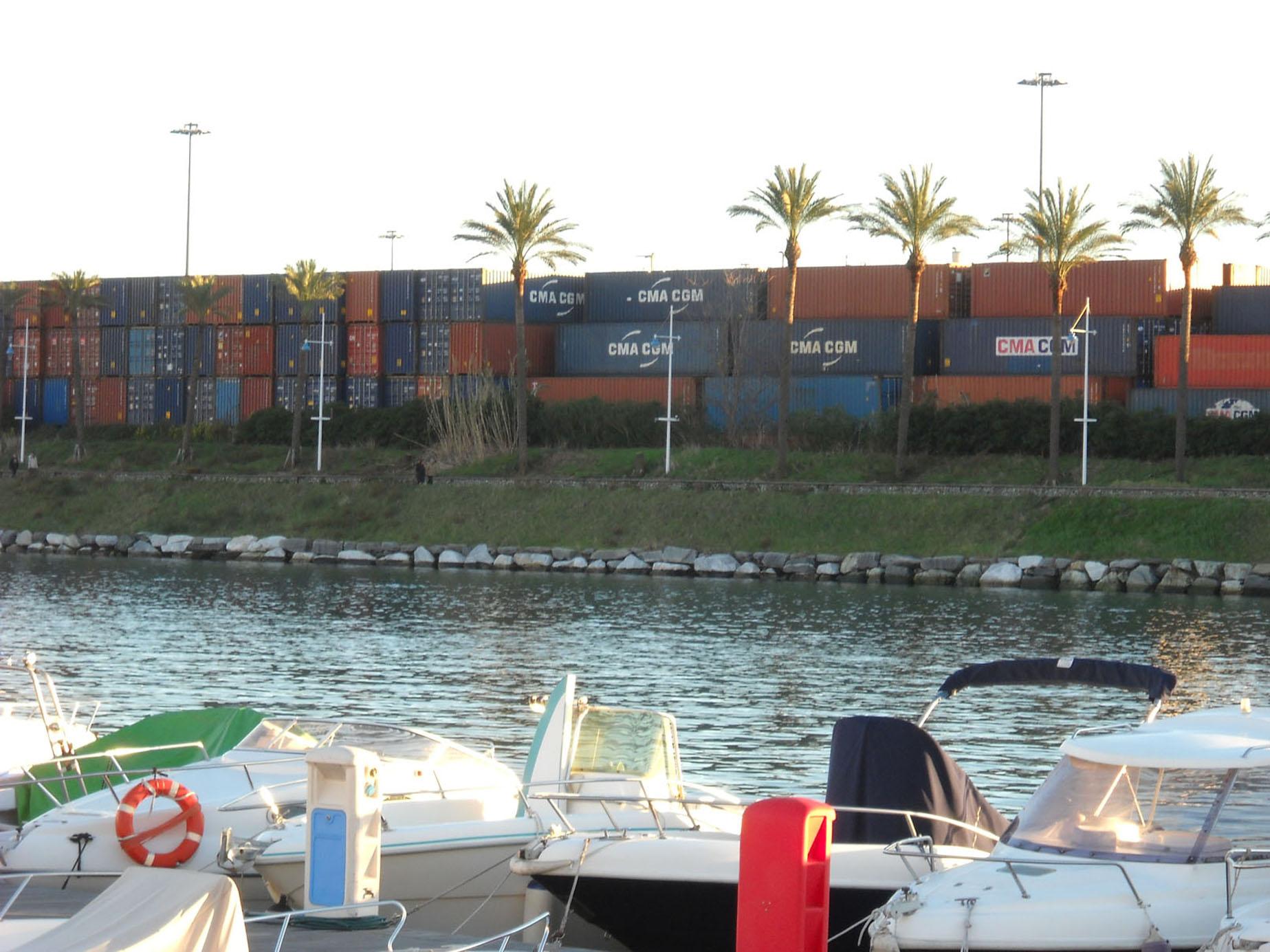 Container sulla pista ciclabile