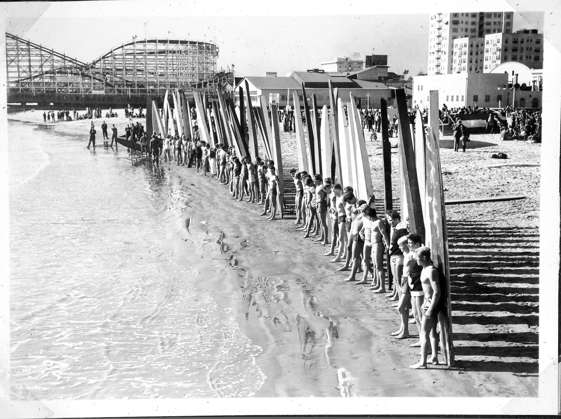 There were plenty of eager competitors at the Long Beach Surf Contest. Photo: Photo: Lind Family Collection