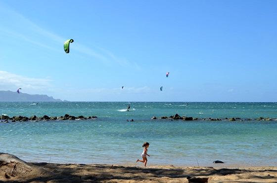 Kanaha Beach: kitesurfers versus children?