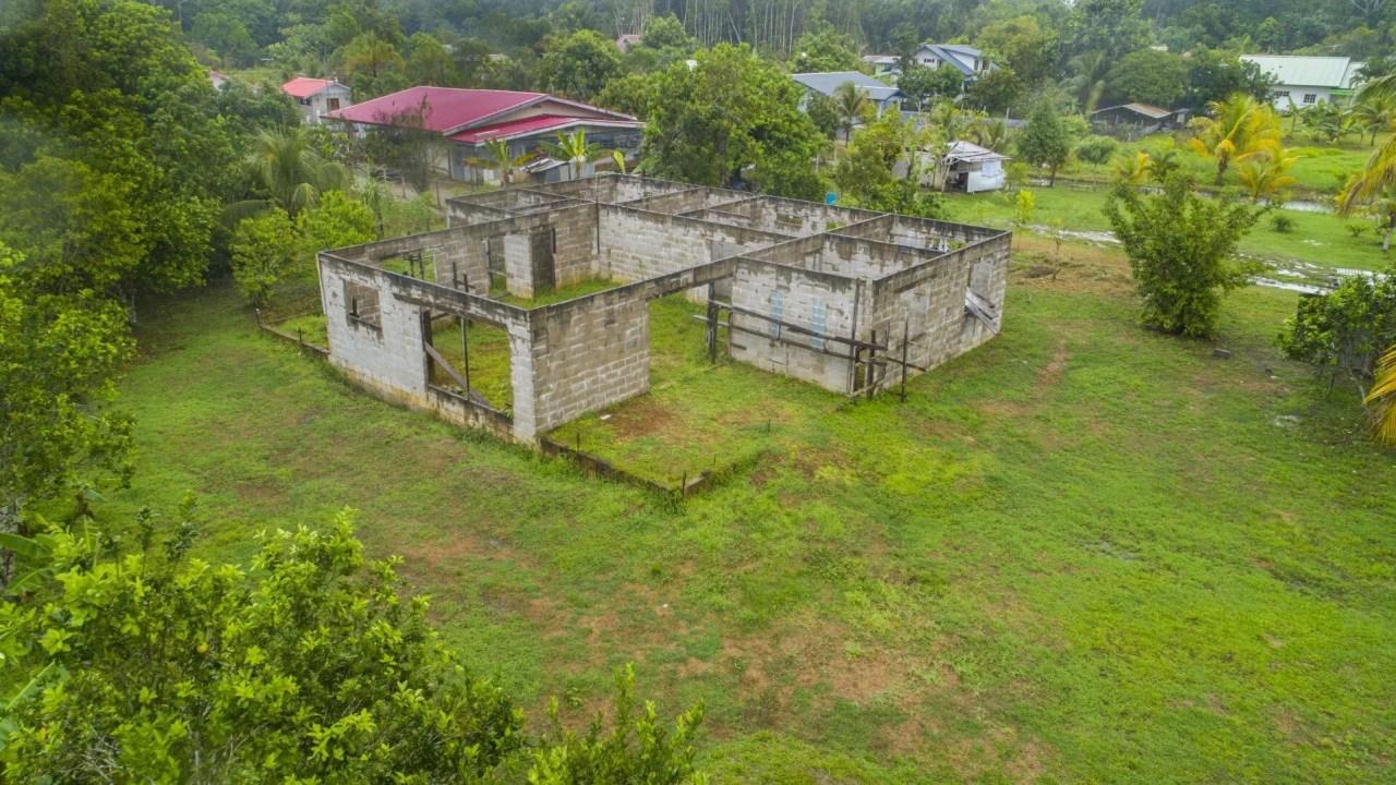 1e Pallisadeweg 7 - Ruim landelijk gelegen terrein aan de 1e Pallisadeweg te Para met casco bouw - Surgoed Makelaardij NV - Paramaribo, Suriname