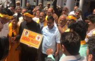 भारतीय प्रधानमन्त्री मोदीको निवास अगाडि सांसदहरुको प्रदर्शन
