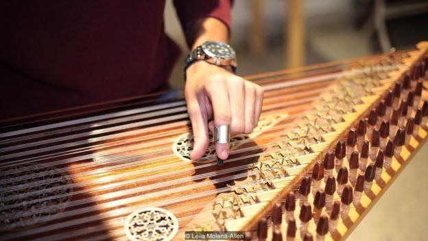 बूढानीलकण्ठ मन्दिरमा भजन गाउदै राज र अनु