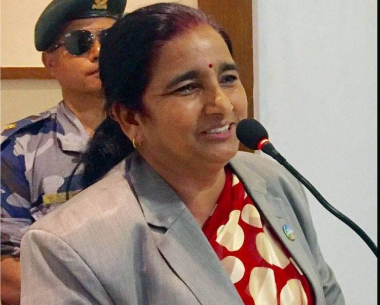 पीडित किसानको मौरी फार्ममा मन्त्री