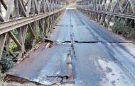 झोलुङ्गे पुल जीर्ण हुँदा स्थानीयवासीलाई सास्ती