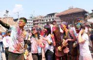 राजधानीमा युवायुवतीको रमाईलो होली (फोटो फिचर)