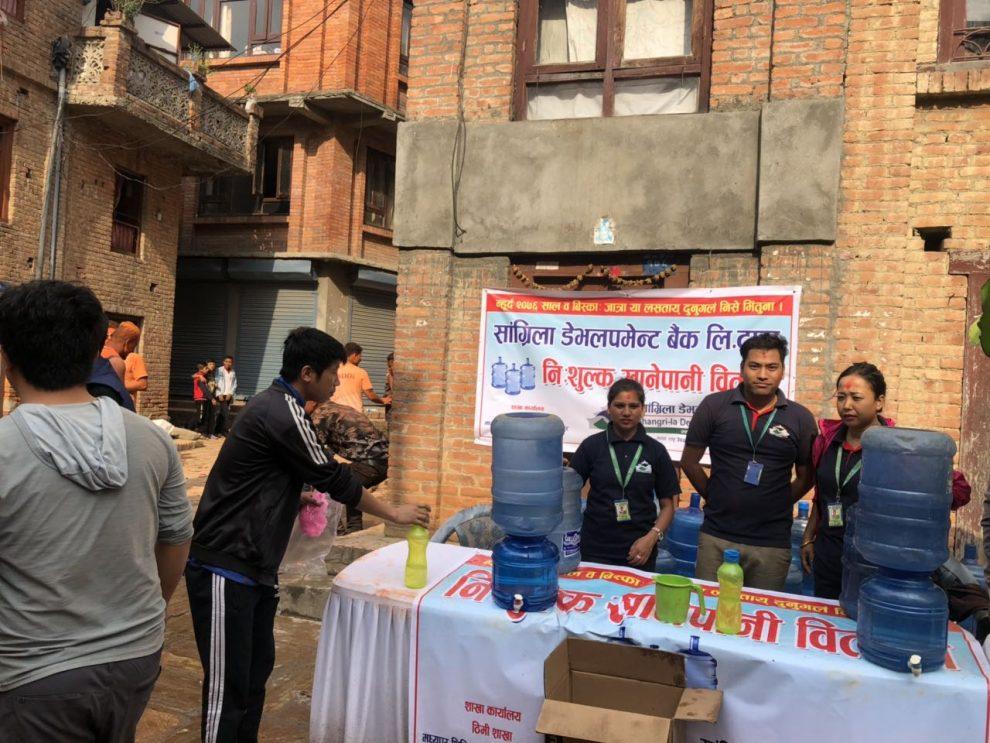सांग्रिला बैंकद्वारा बिस्केट जात्रामा निःशुल्क पानी वितरण