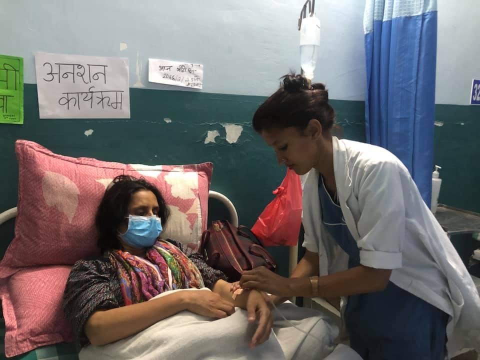 अधिकार माग्दै अनशन बस्नुभएका नर्सको अवस्था गम्भीर