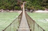 आधार शिविर जाने पदमार्गमा झोलुङ्गे पुल निर्माण