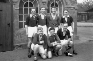 SuS Teil der 2. Mannschaft ca. 1954 in Hilbeck H.v.l. ???, Heinz Bitterschulte, Berni Krollmann, Robert Lutter V.v.l. Theo Steven, Richard Busch, Klaus Liedtke