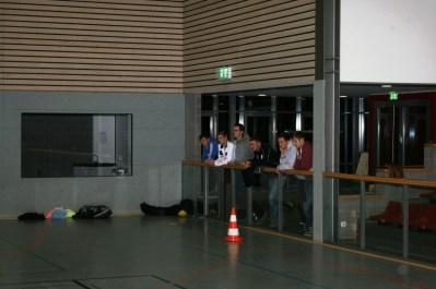 Trainer des SuS verfolgen die Einheit sichtlich interessiert. DFB-Mobil zu Gast beim SuS 17.12.2014