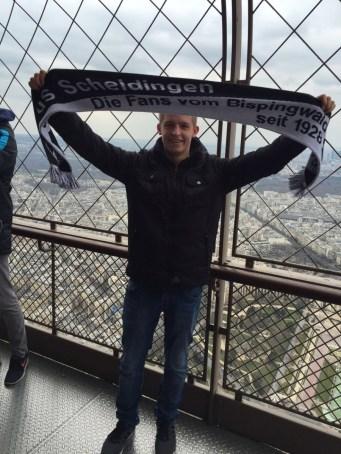 Der SuS-Schal oben auf dem Eifelturm gehalten von unserem Juniorinnen-Cheftrainer Steffen Kree