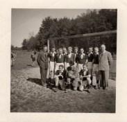 Diese A-Jugend-Mannschaft wurde vor 60 Jahren fotografiert. 1. Jugendmannschaft SuS Staffelmeister 1956 H.v.l. Obmann Klaus Liedtke, Theo Nahrmann, Wilfried Foschepoth, Friedel Westerhoff, Helmut Budde, A. Lutter, Günther Naarmann, Hubert Taiber, Ewald Becker, Geschäftsführer Fritz Westhaus. V.v.l. Willi Sternschulte, Egon Ebel, Heinz Sternschulte.