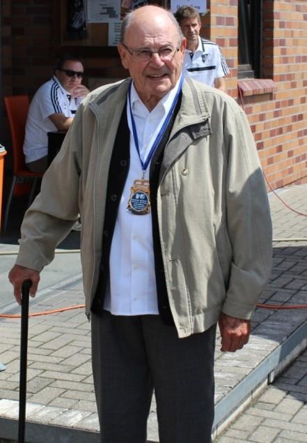 Werner Hering ( * 09.09.1930 † 10.07.2019 ) Hier ein Bild aus 2016 nach der Ehrung zur 70-jährigen Mitgliedschaft und gleichzeitig zu seinem Jubiläum anlässlich seiner Prinzenwürde vor 50 Jahren! Das spitzbübische Lächeln hatte er sich bis ins hohe Alter bewahrt.