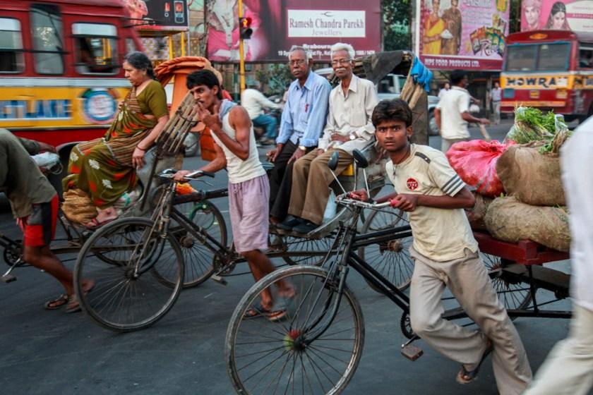 Indien India Kalkutta Kolkata street photography travel reisereportage fotografie fotoreportage Menschen Leben Straße Verkehr Fahrrad Rikscha Verkehrschaos
