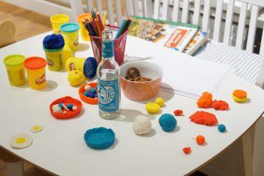 Wohnpsychologie im Kinderzimmer - Tipps für die Kinderzimmergestaltung - by SUSAMAMMA.de, Spielecke Knete Brezel Malen Basteln Spaß