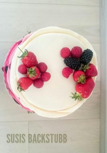 Rosa Farbene Ombre Hochzeitstorte Mit Fruchten Und