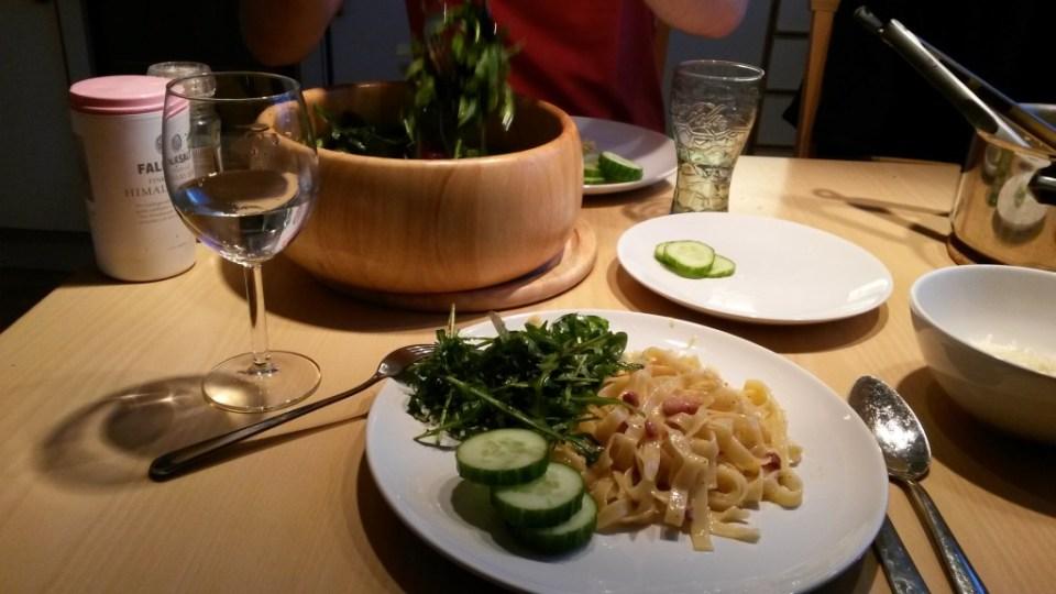 #balancebaby: home made pasta carbonara (recept) met een grote bak sla & schijfjes komkommer.