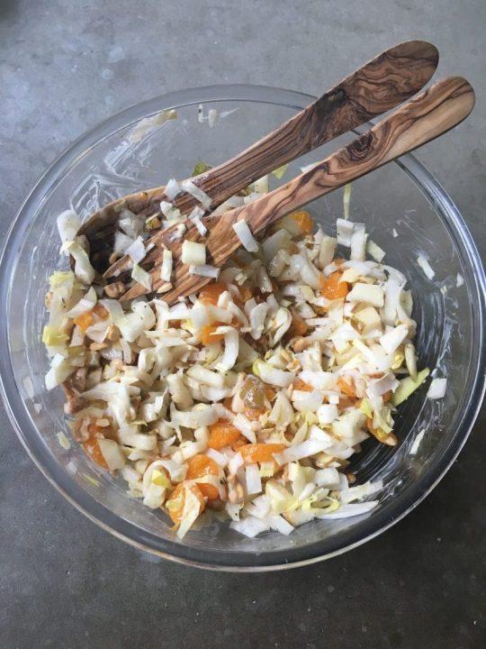 Simpele, zomerse salade van witlof met fruit en noten